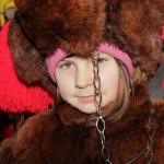 Fată îmbrăcată în costum de urs