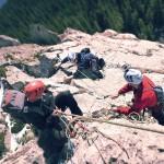 Alpiniști pe munte